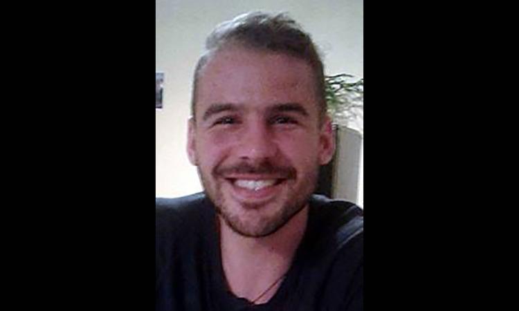L'homme de 25 ans retrouvé complètement nu et menotté