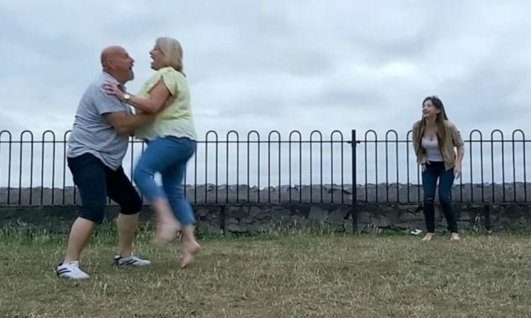 En images | Un couple s'assomme littéralement en reprenant le saut de «Danse lascive»
