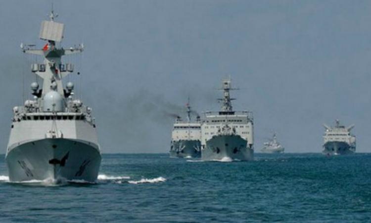 Un navire militaire chavire en pleine mer